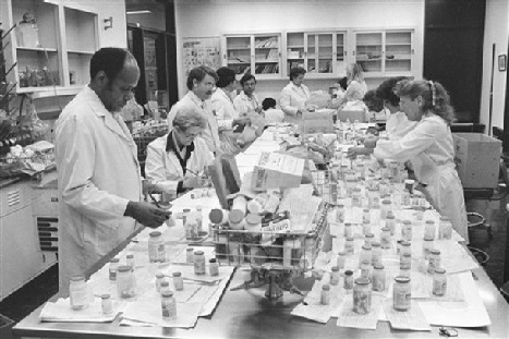 J&J employees check Tylenol bottles, 1982